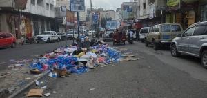 بالصور: تكدس النفايات في شوارع تعز