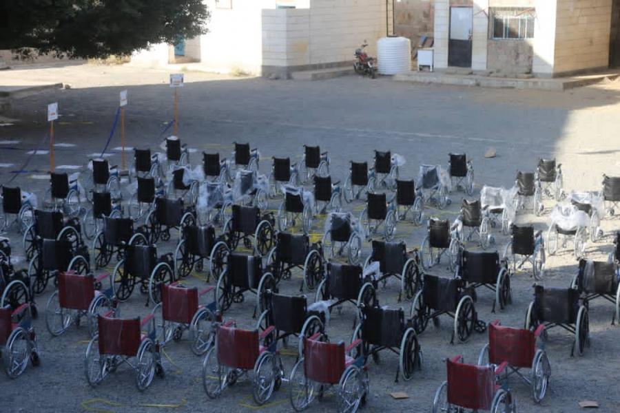 مكتب الصحة لتعز تايم: وزعنا 170 كرسي متحرك لذوي الإعاقات