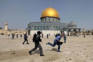 الاحتلال الإسرائيلي يقتحم المسجد الأقصى وإصابة 300 فلسطيني
