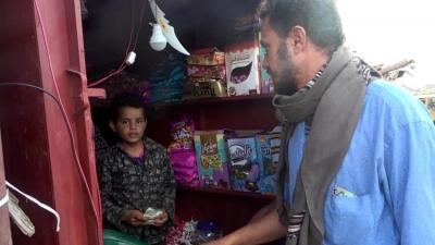 طفل يتيم في العاشرة يفتح محلا لهدايا العيد لإعالة أسرته