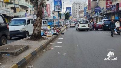 عمال النظافة في تعز دون رواتب والنفايات تتكدس بالشوارع