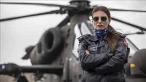 فتاة تركية تنال لقب أول طيارة تقود مروحية قتالية