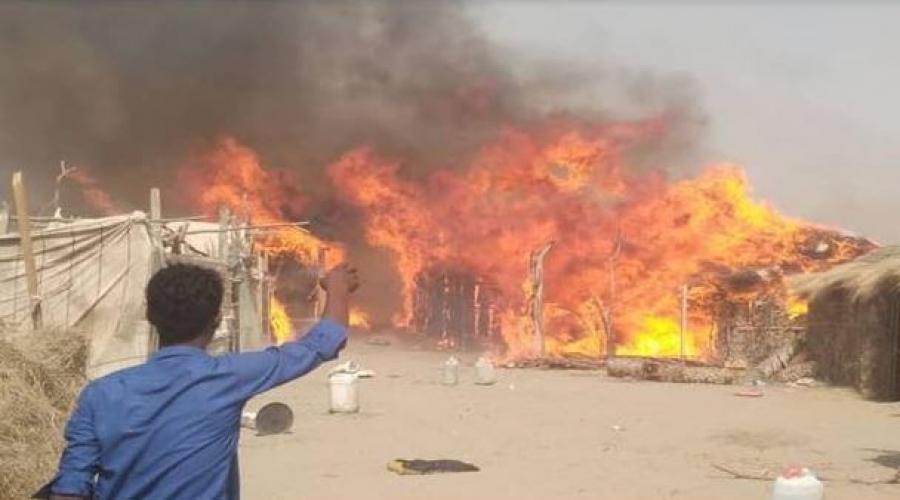 شاهد بالفيديو| حريق هائل يقضي على بيوت القش لنازحي تهامة بالخوخة