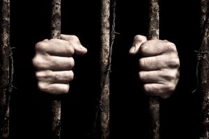 700 سجين في تعز يضربون عن الطعام ويخيطون أفواههم