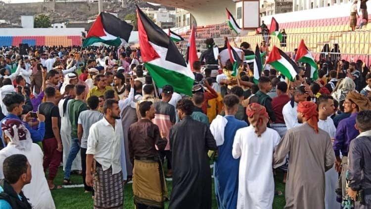 شاهد| مواطنون يهتفون للأقصى وغزة عقب صلاة عيد الفطر في عدن