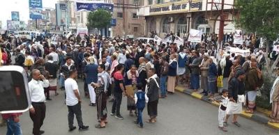 وقفة احتجاجية بتعز للمطالبة بالإفراج عن معتقل في سجون الأمن السياسي بمأرب