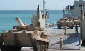 الإمارات تفرغ باخرة محملة بالعربات العسكرية في سقطرى