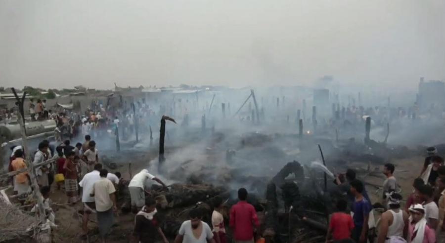 شاهد: حريق مدمر يلتهم عشرات المنازل في الحديدة